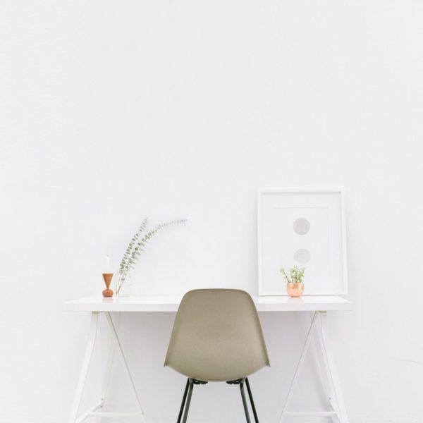 skrivbord med en stol